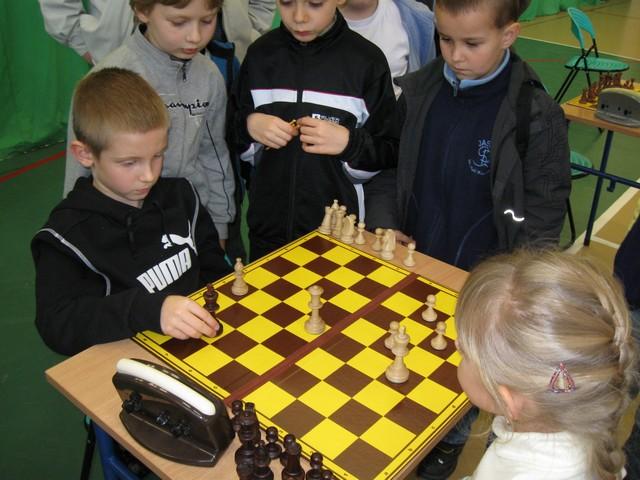 dzieci dookoła szachownicy